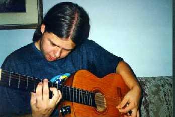 Guga tocando Violão